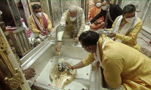 PM Modi offers prayers at Kashi Vishwanath Temple