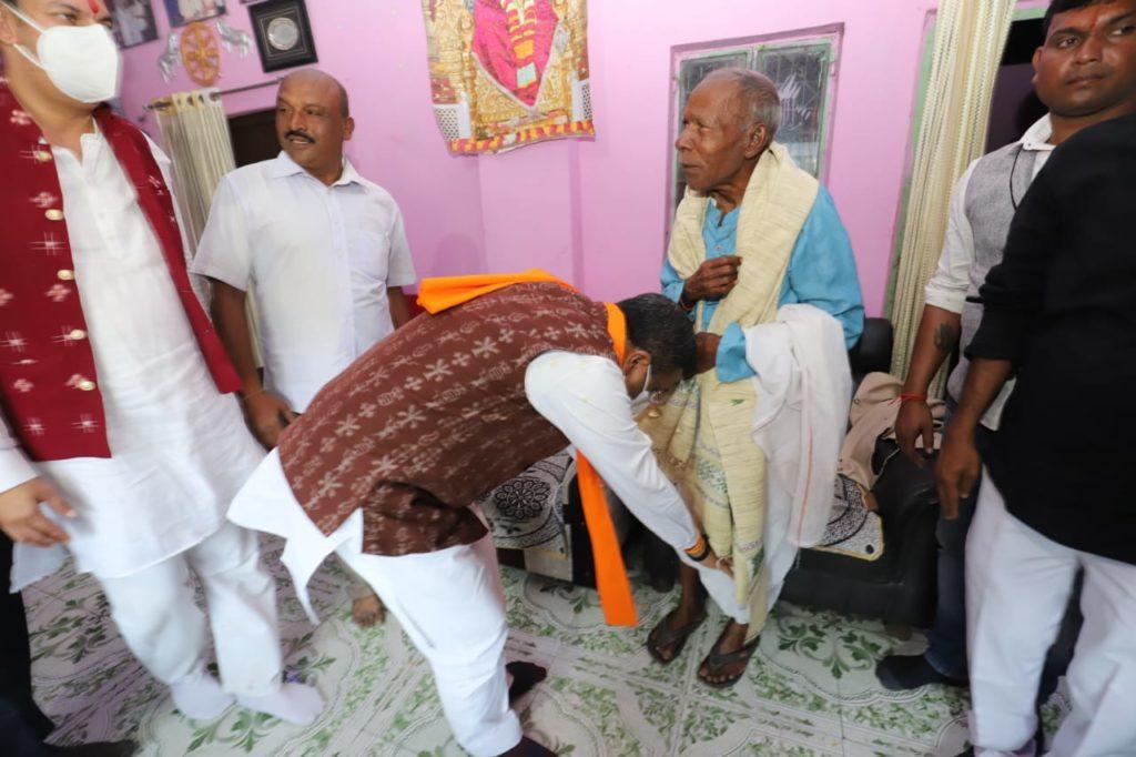 Dharmendra meets Surendra Sai's Family