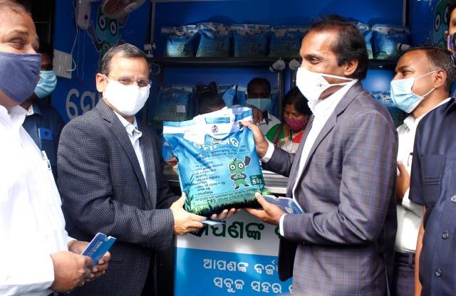 Odisha Chief Secretary Suresh Chandra Mahapatra inaugurates 'Mo Khata' (My Compost) Kiosk in Bhubaneswar