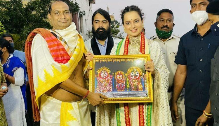 Kangana Ranaut Puri Srimandir