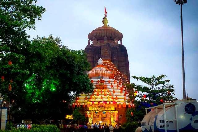 Devotees light diya at Lingaraj Temple 'bedha' on aha Shivaratri