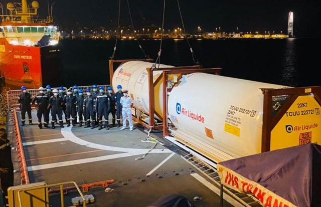 INS Trikand reaches Mumbai with two 27 MT oxygen-filled containers from Qatar.